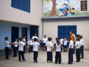 Niños en el patio de recreo con profesores