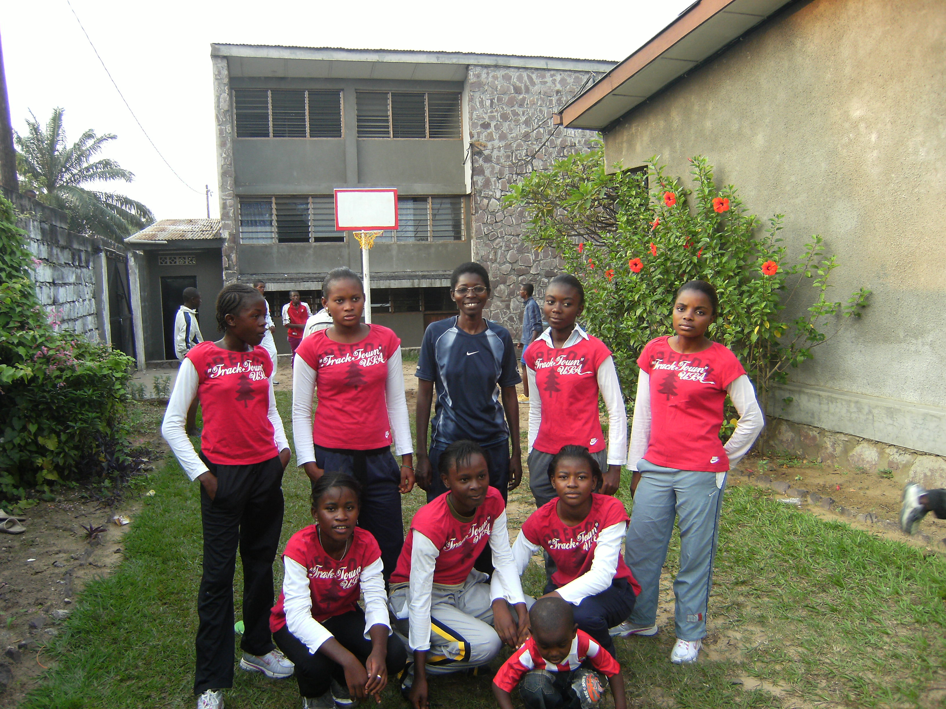 Alumnas de Secundaria practicando deporte