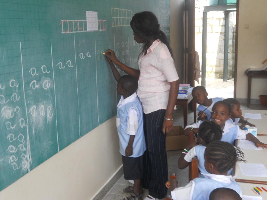 Niños de infantil aprendiendo las letras