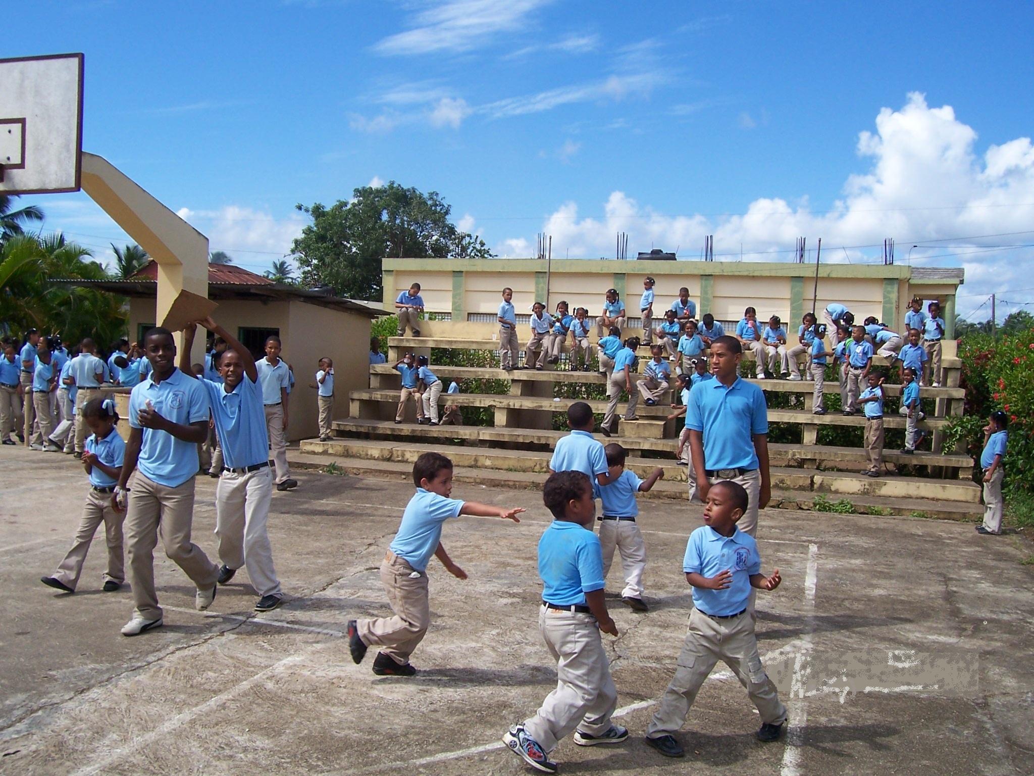 Niños en el recreo Escuela Elupina Cordero
