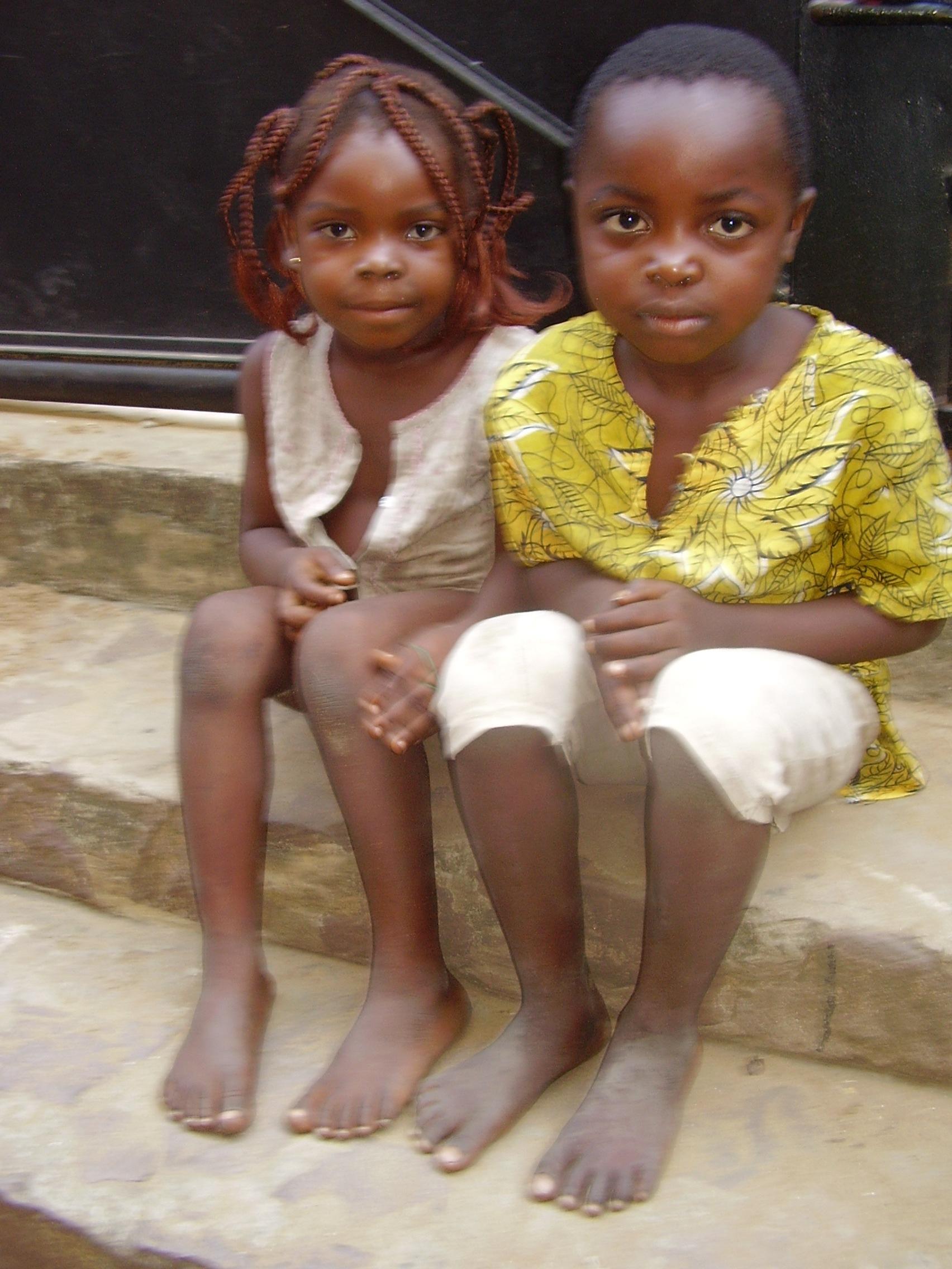 Niños en la puerta de su casa