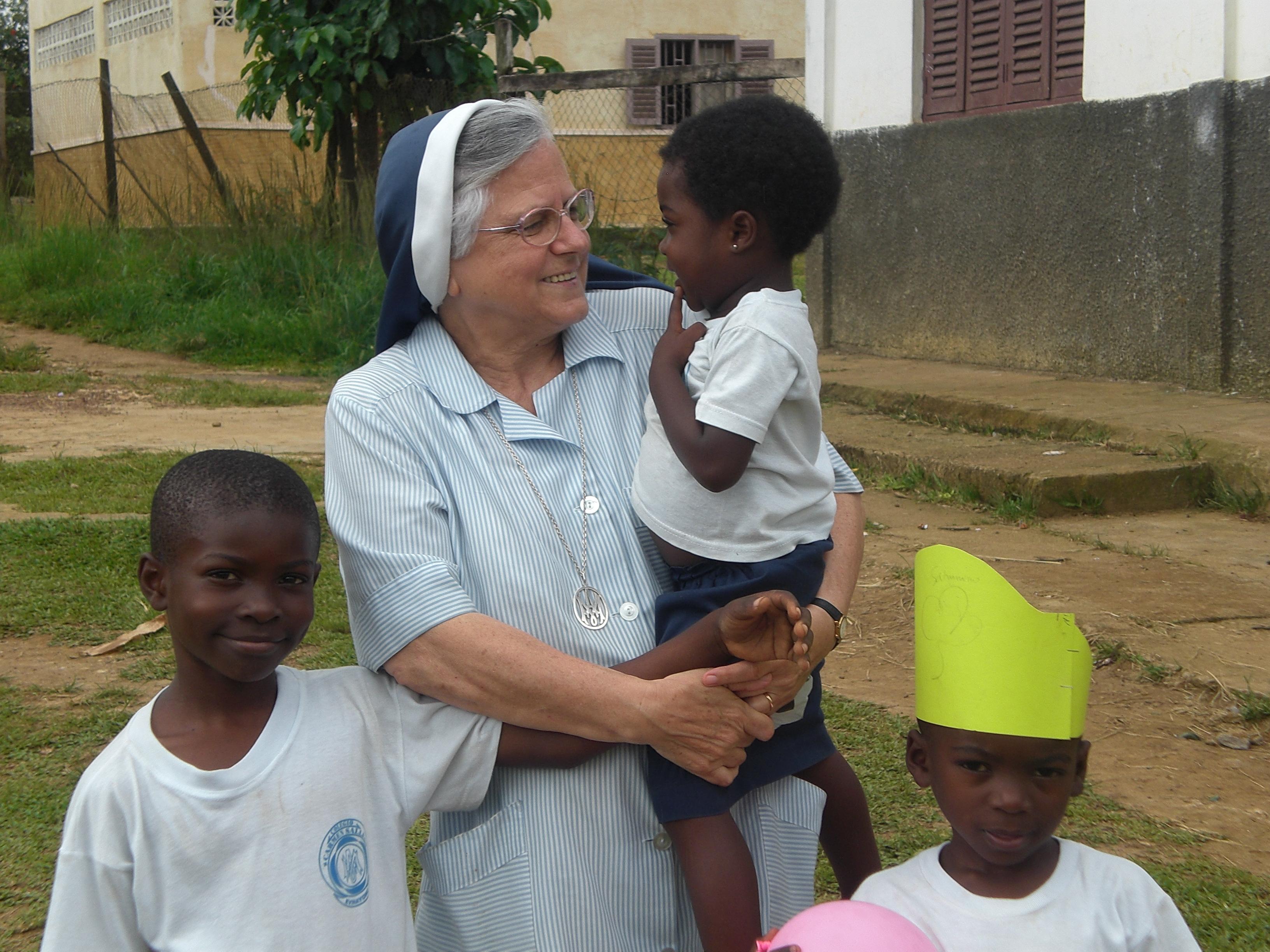 Niños escuela Carmen Sallés (Evinayong) con M. Mª Luz
