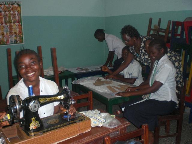 Jóvenes en clase de costura