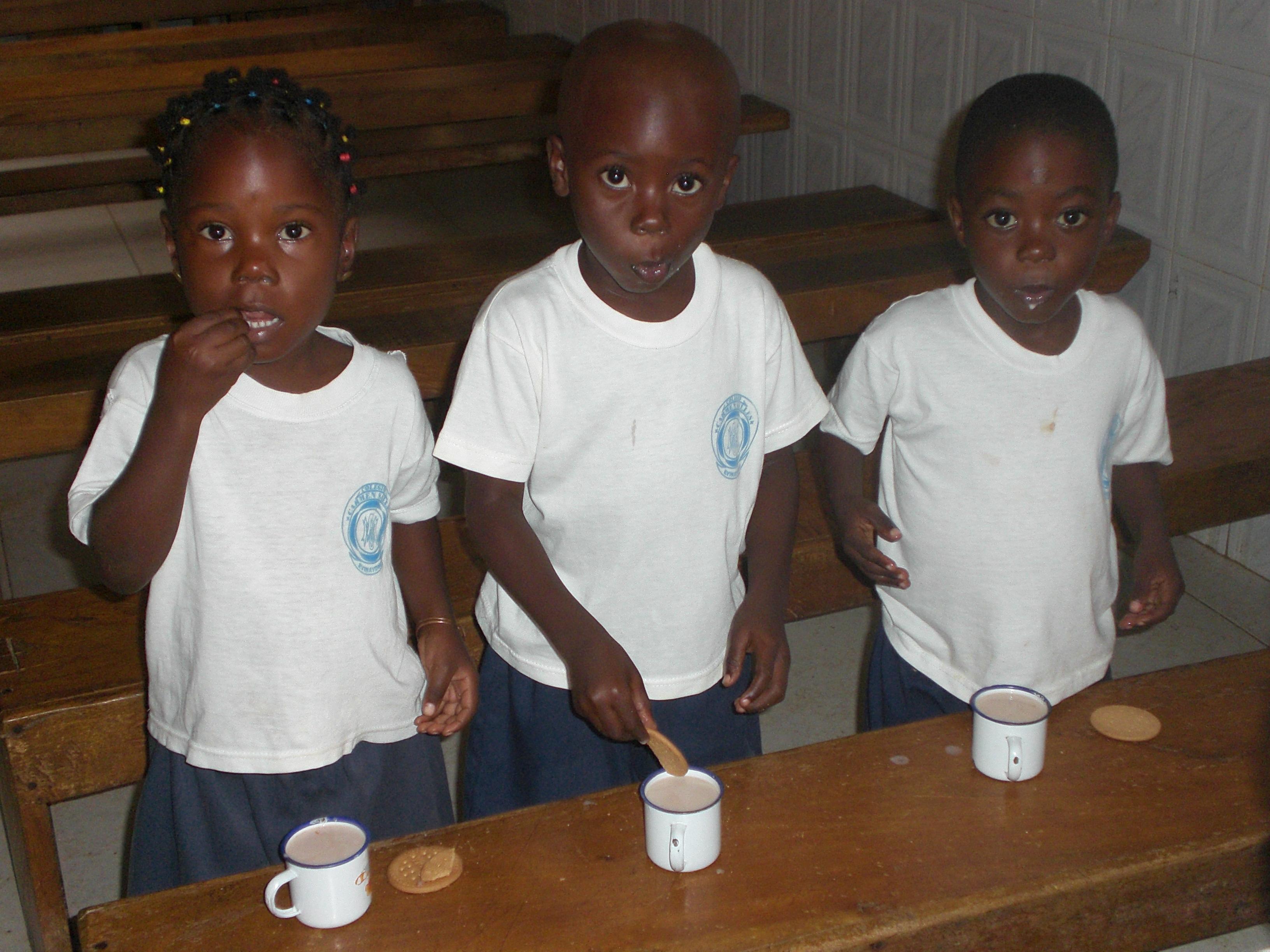 Los niños de la escuela desayunando