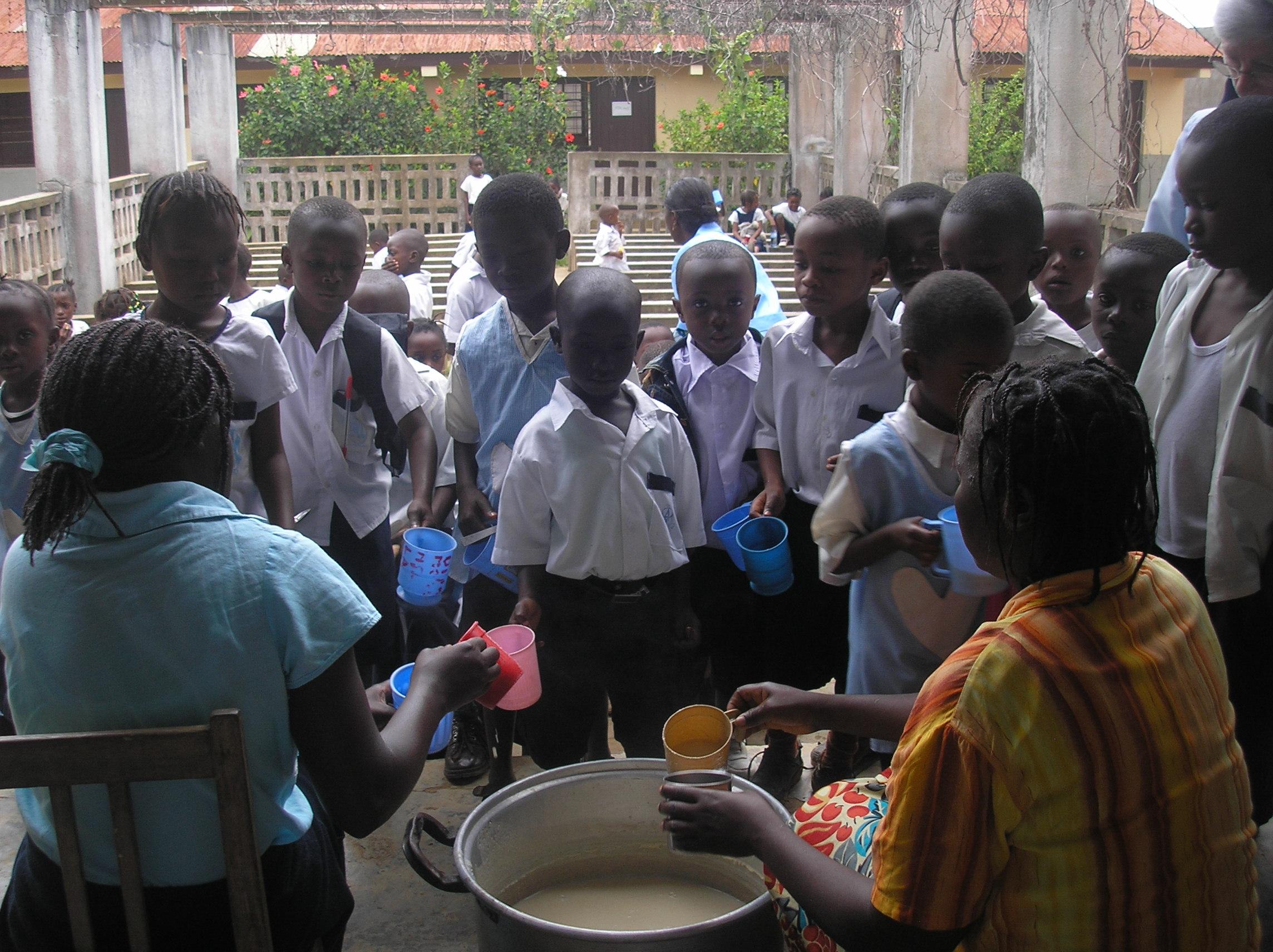 Los niños de la escuela reciben el desayuno