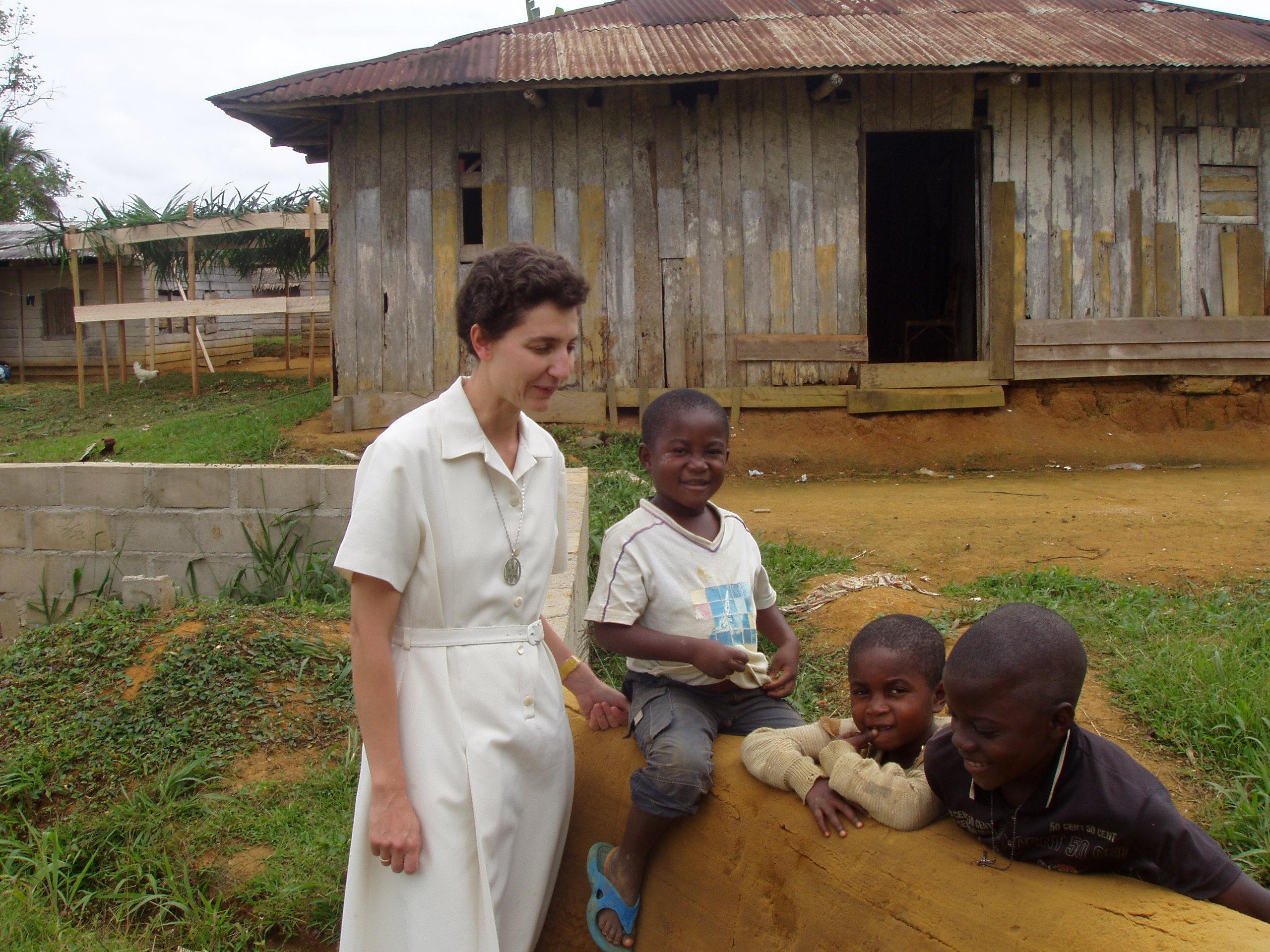 M. María con niños de la escuela