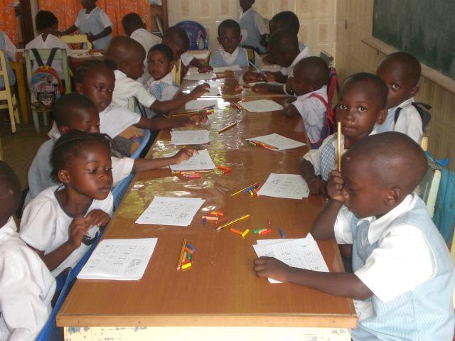 Niños de infantil trabajando en su aula