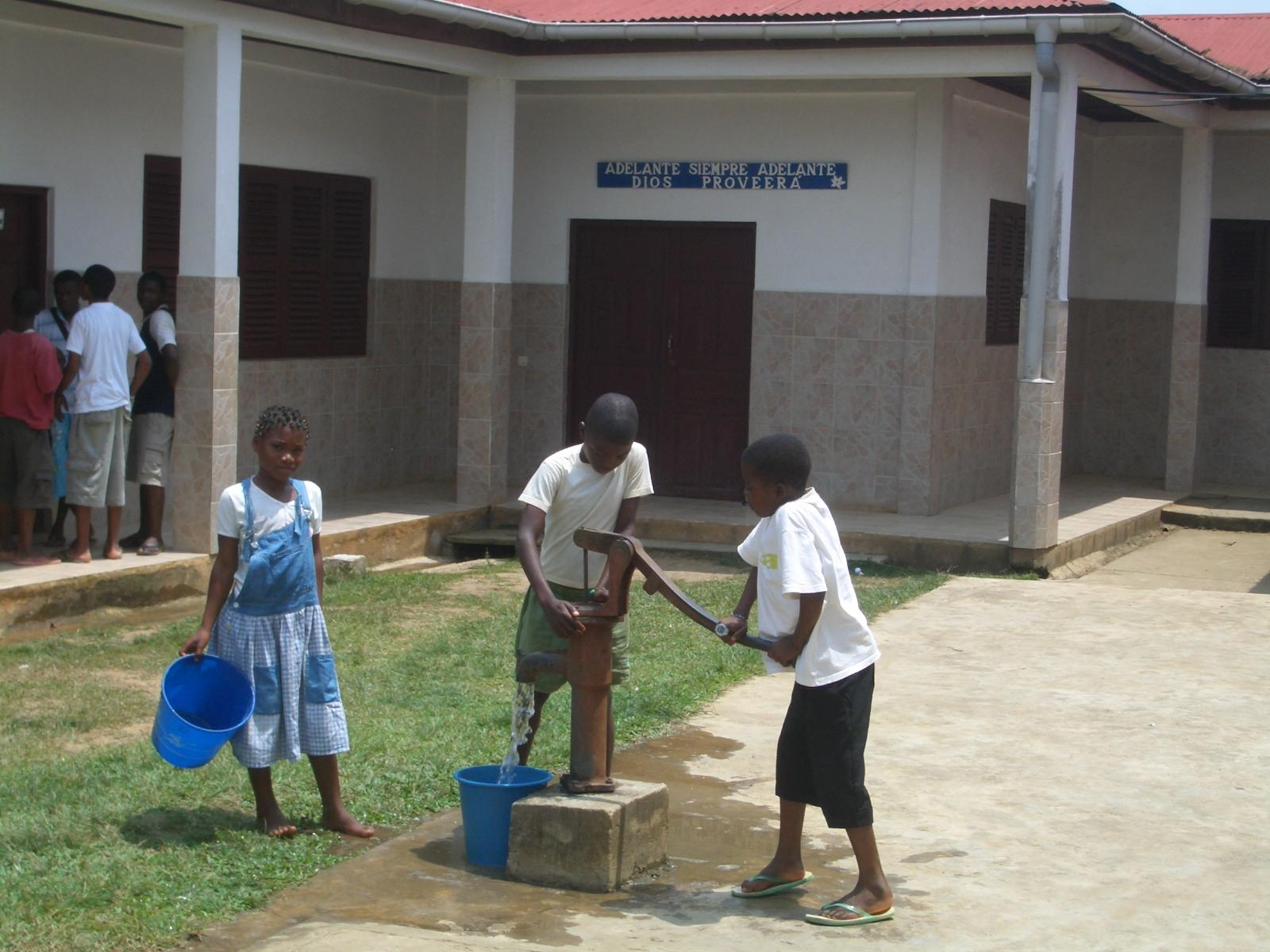Niños de la Escuela sacando agua del pozo