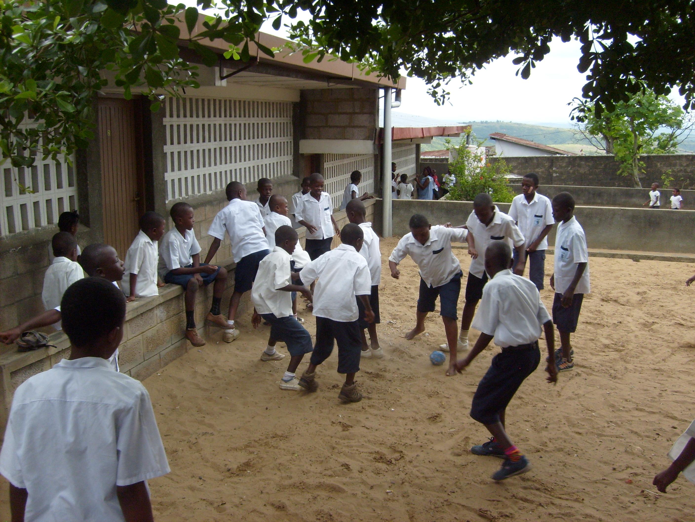 NIños jugando en el patio de la escuela