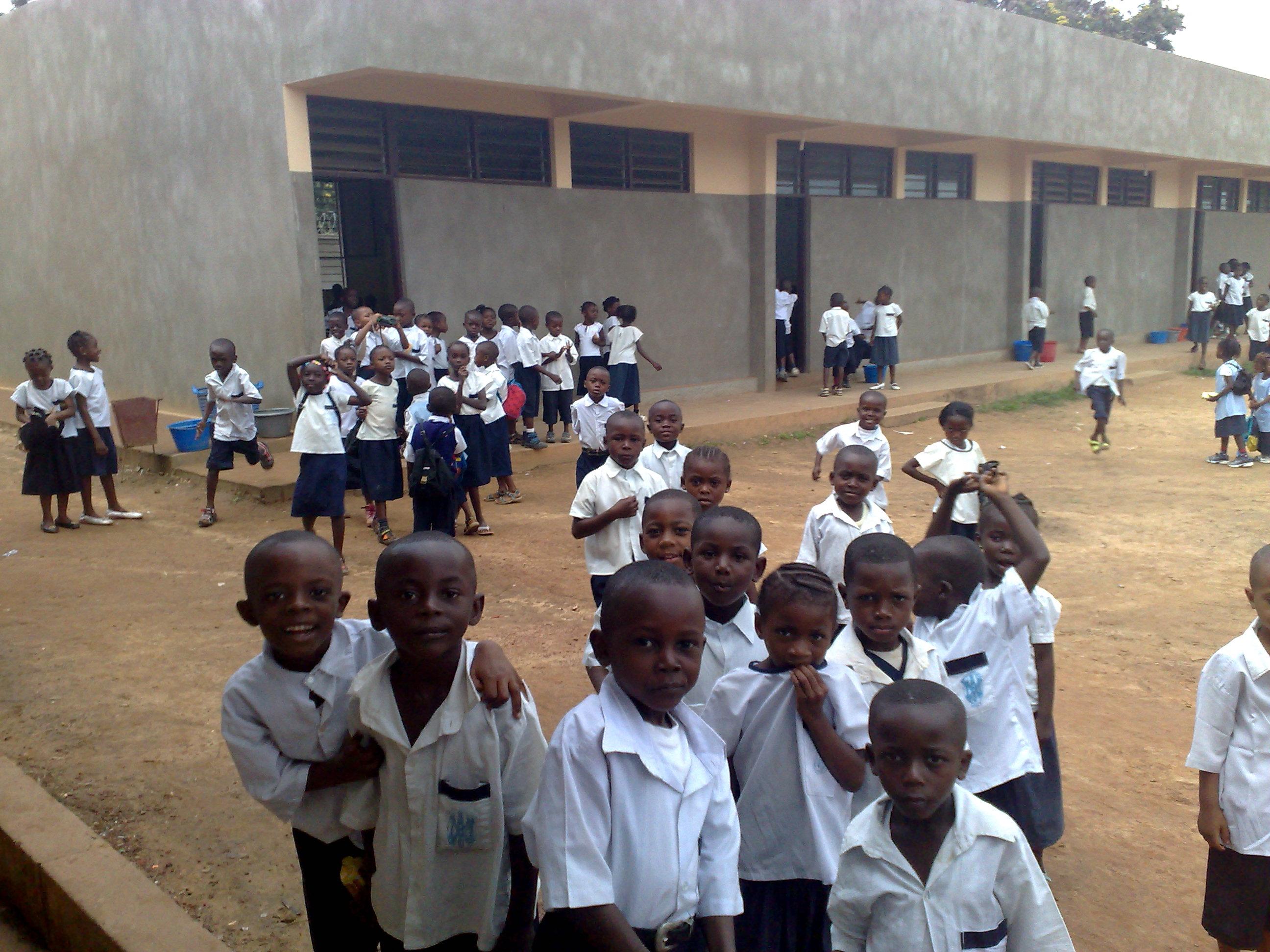 Niños de Primaria en el patio de la escuela