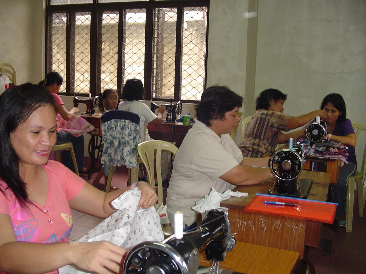 Clases de costura a las madres de los alumnos