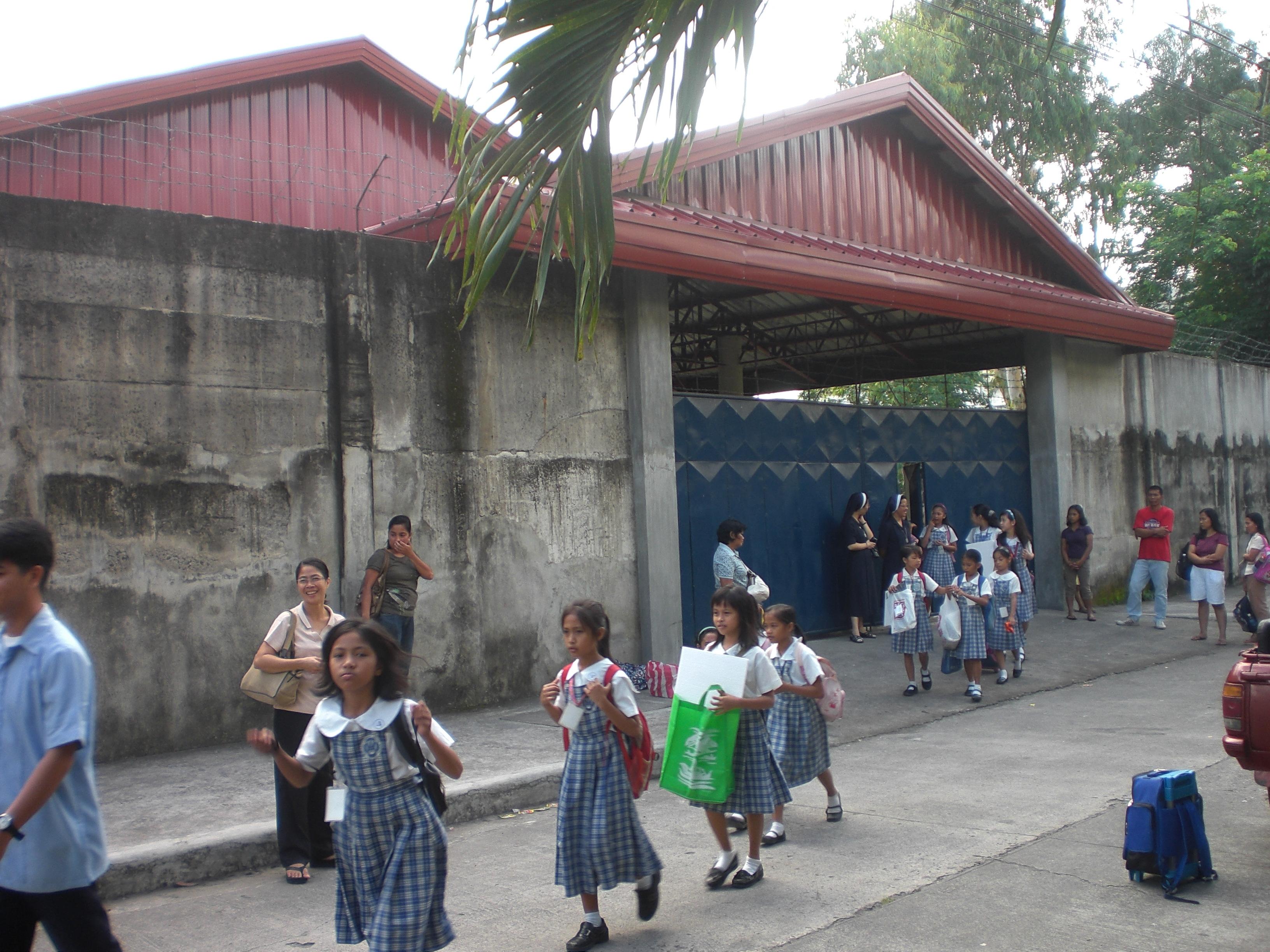 Entrada a la escuela Carmen Sallés