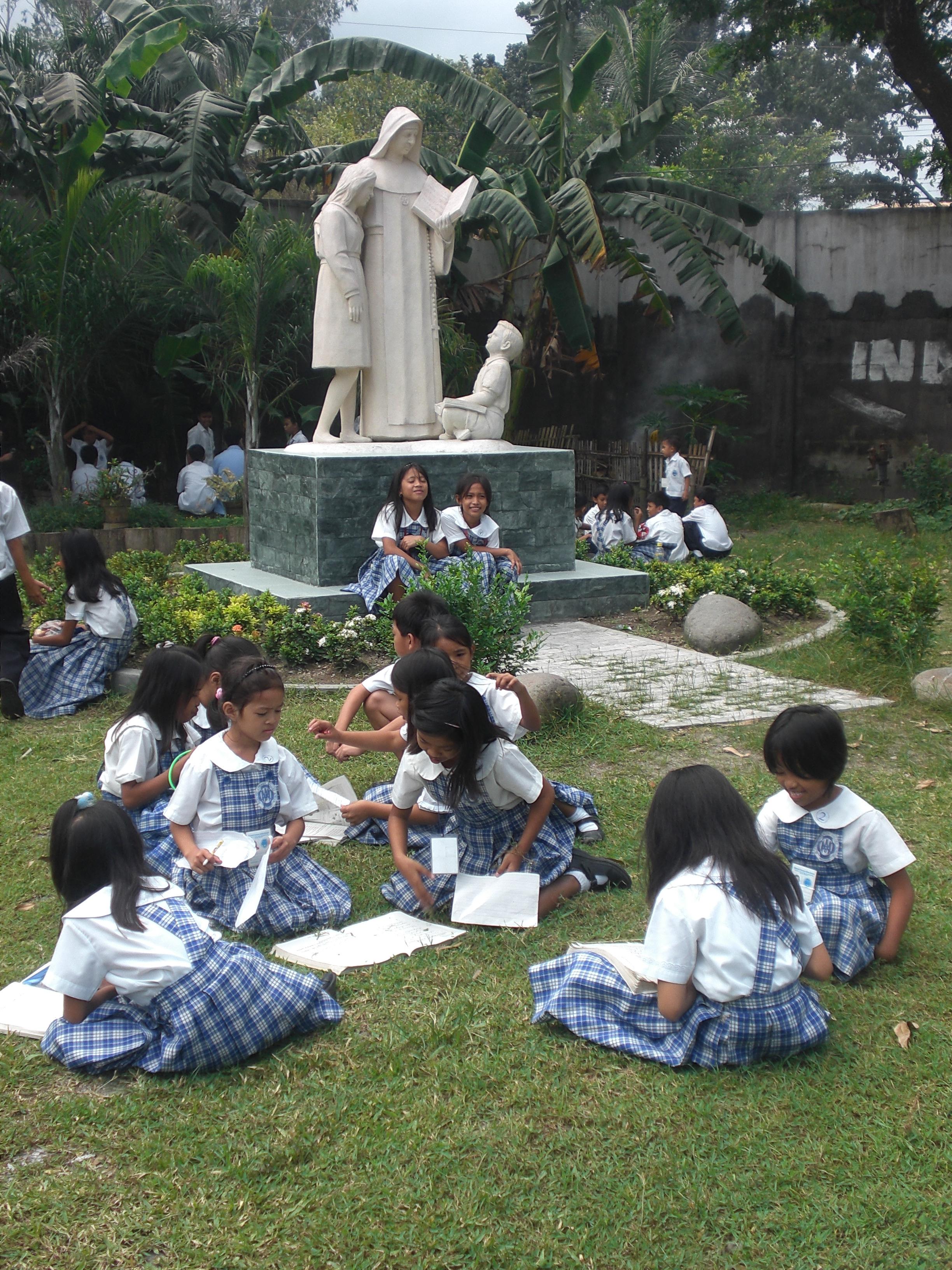 Escultura de Carmen Sallés en el patio