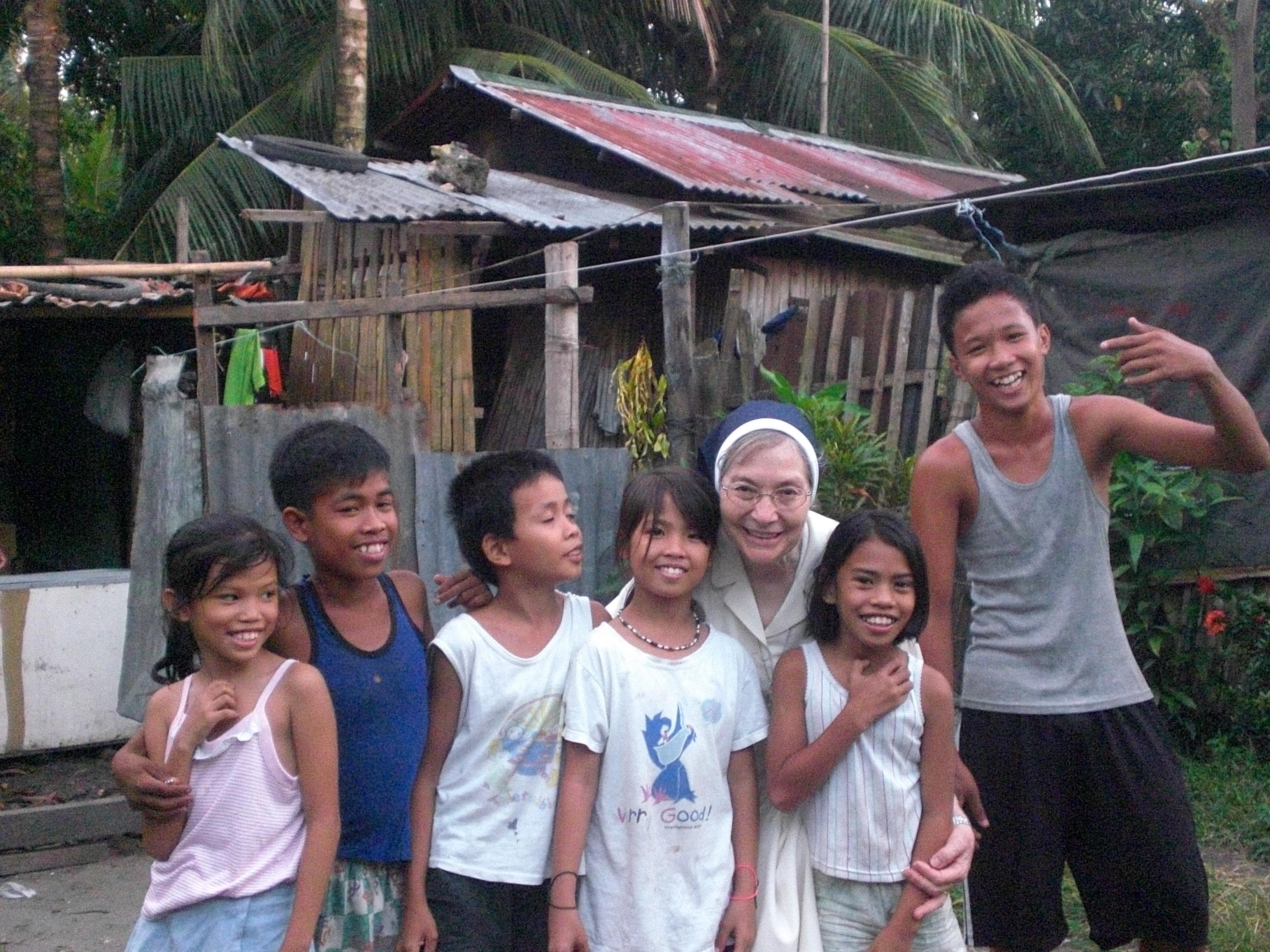 M.Carmen con niños del barrio