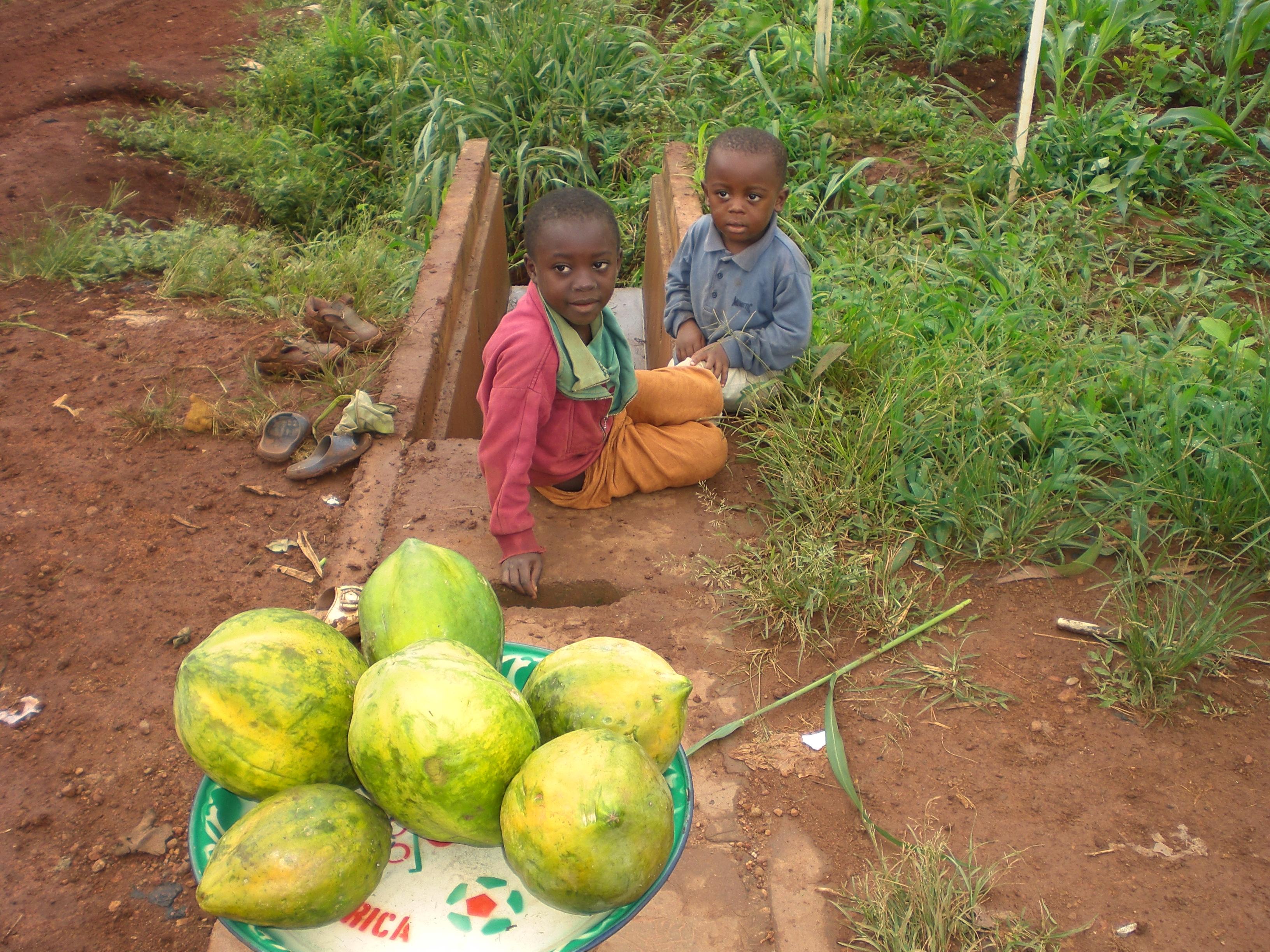 Niños del barrio con productos de la zona