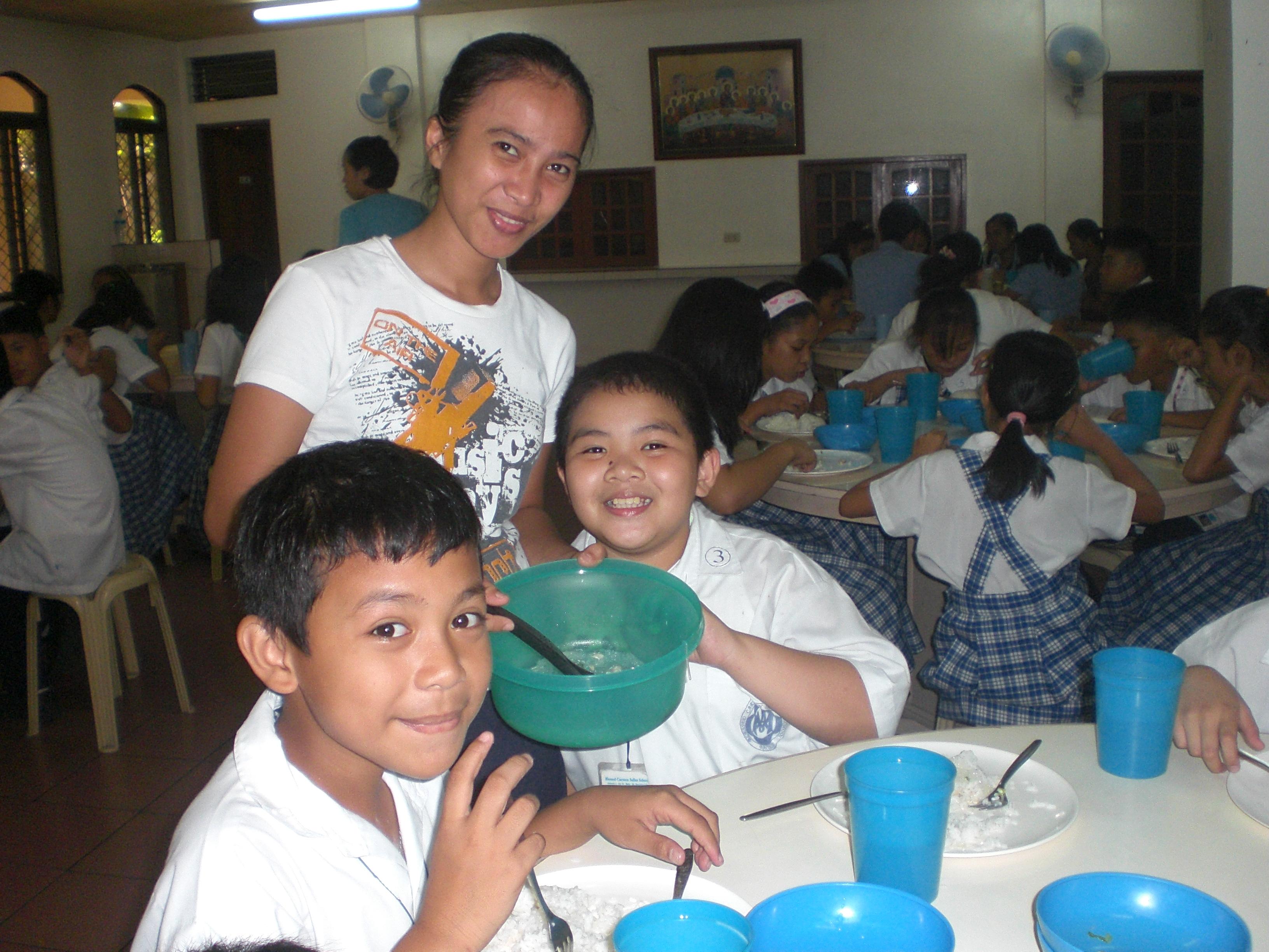 Niños en el comedor de la escuela