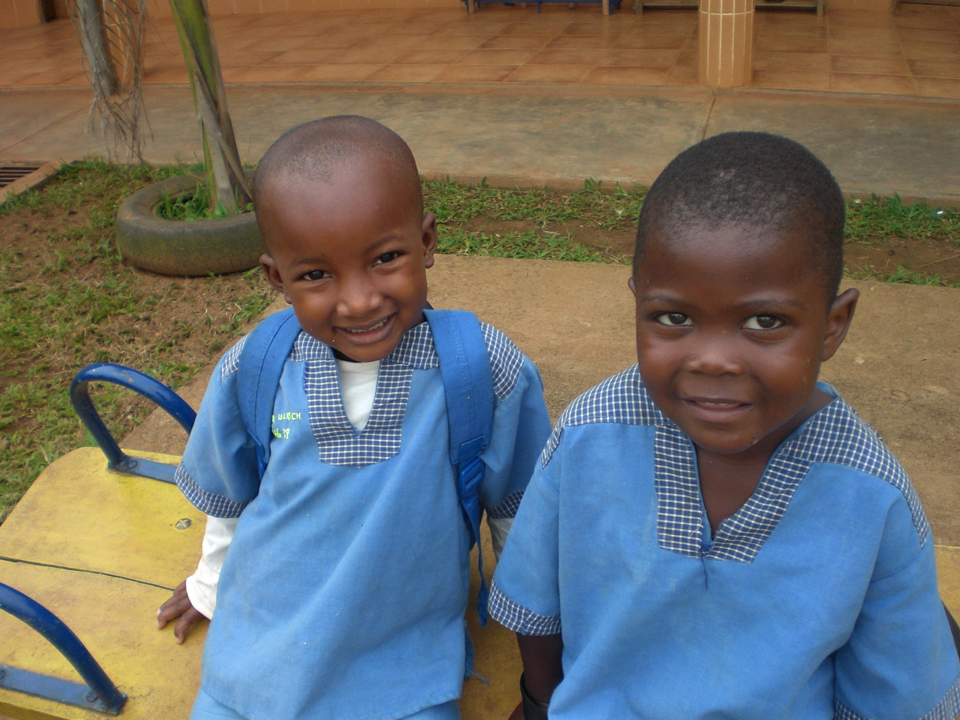 Niños en el patio de la escuela