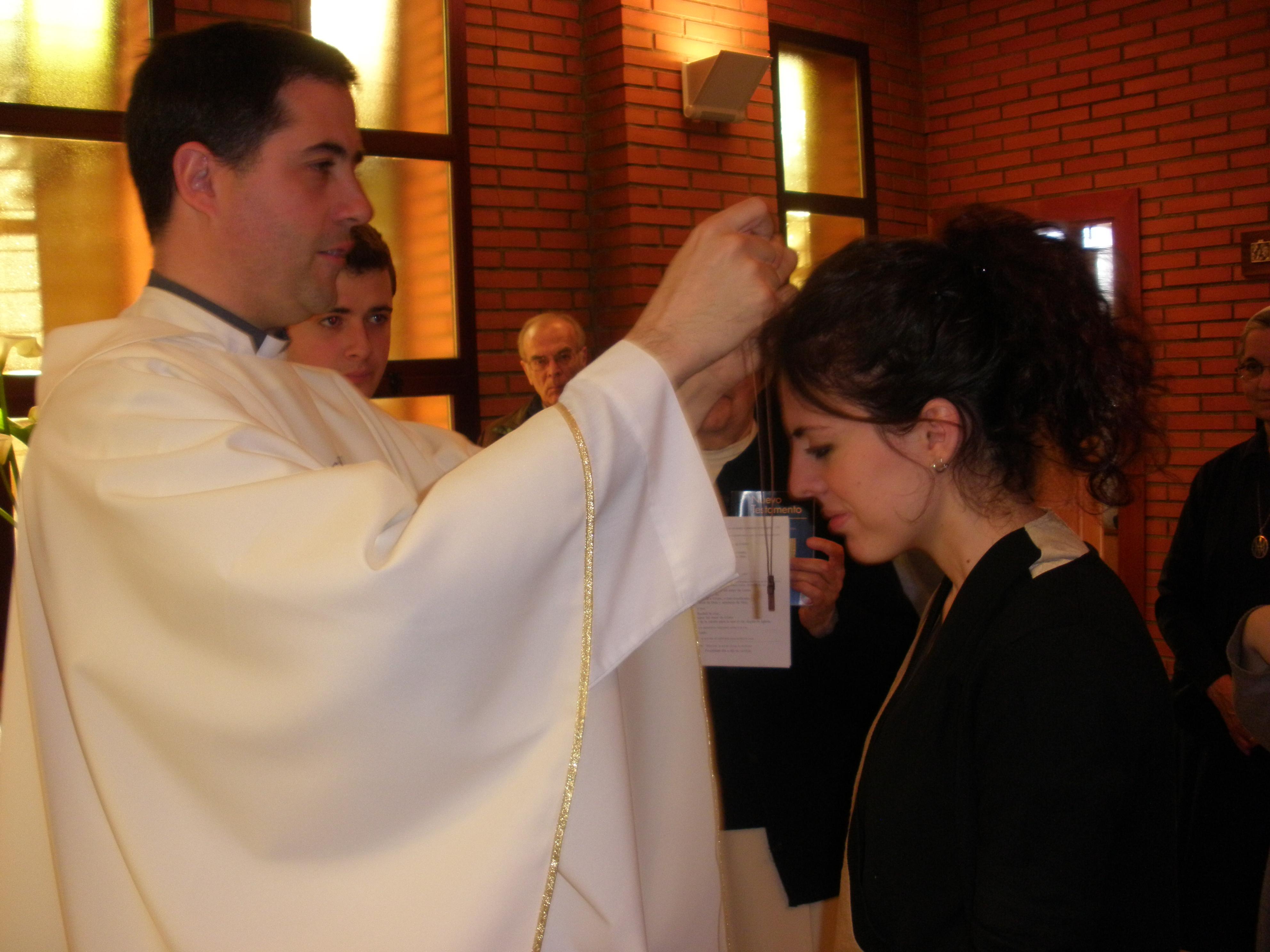 Voluntaria en la imposición de la cruz