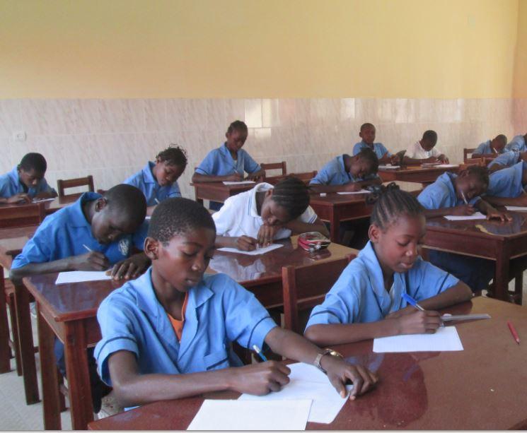 Mobiliario nuevo para el Aula de Secundaria en Brazzaville Año 2015