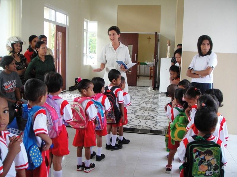 M.María recibiendo a los niños de infantil