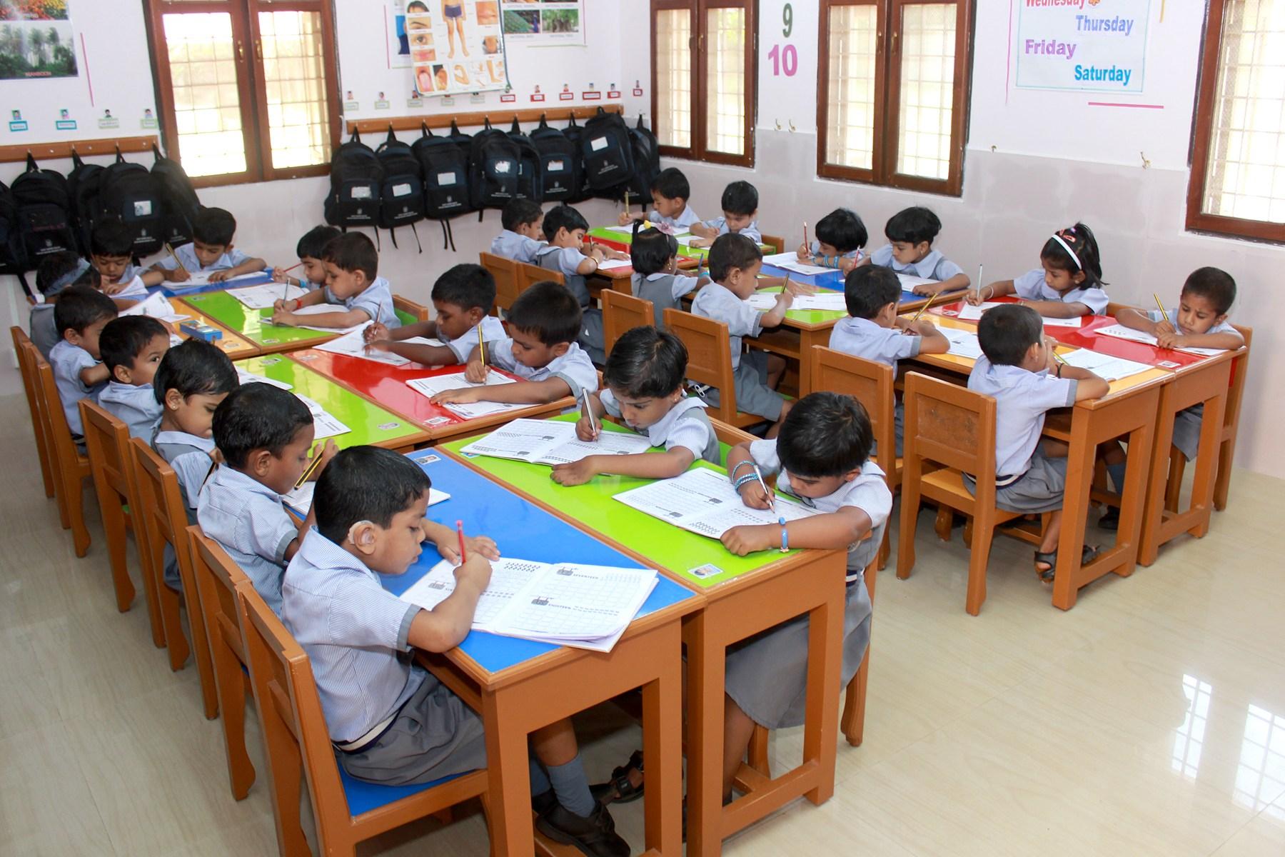 Niños en el aula de Thelathuruth