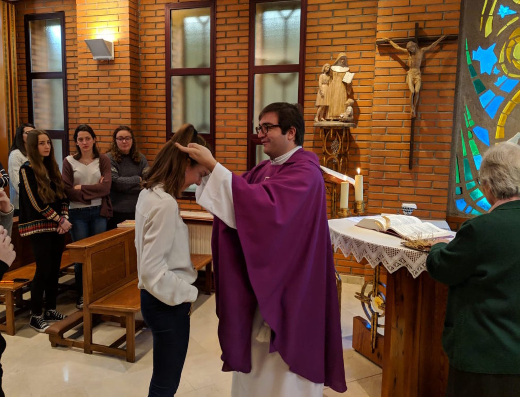 Almudena recibiendo el crucifijo misionero