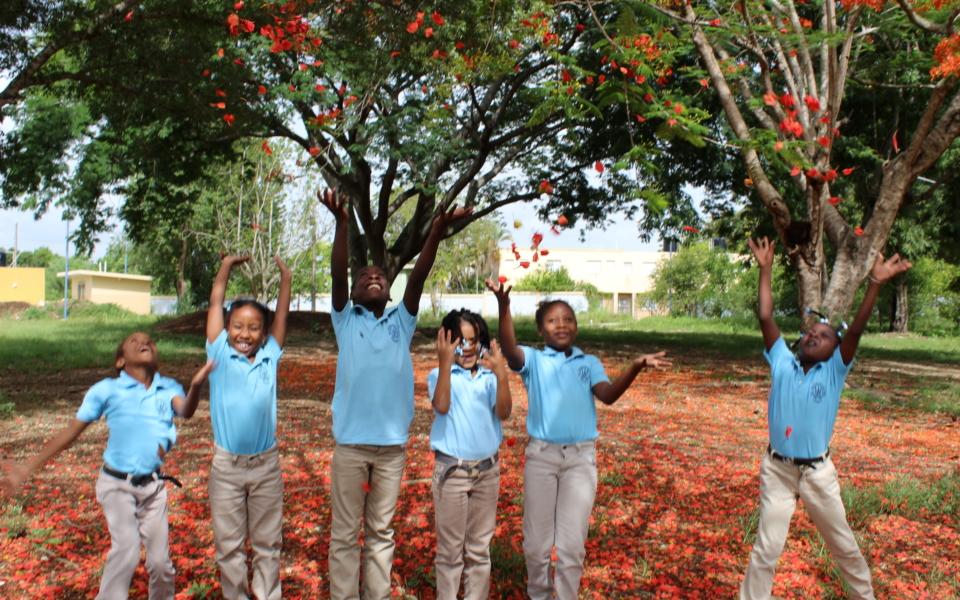 Escuela Consuelo alumnos jugando