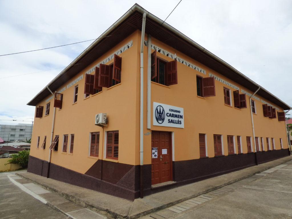 Fachada de la escuela en Bata, Guinea Ecuatorial