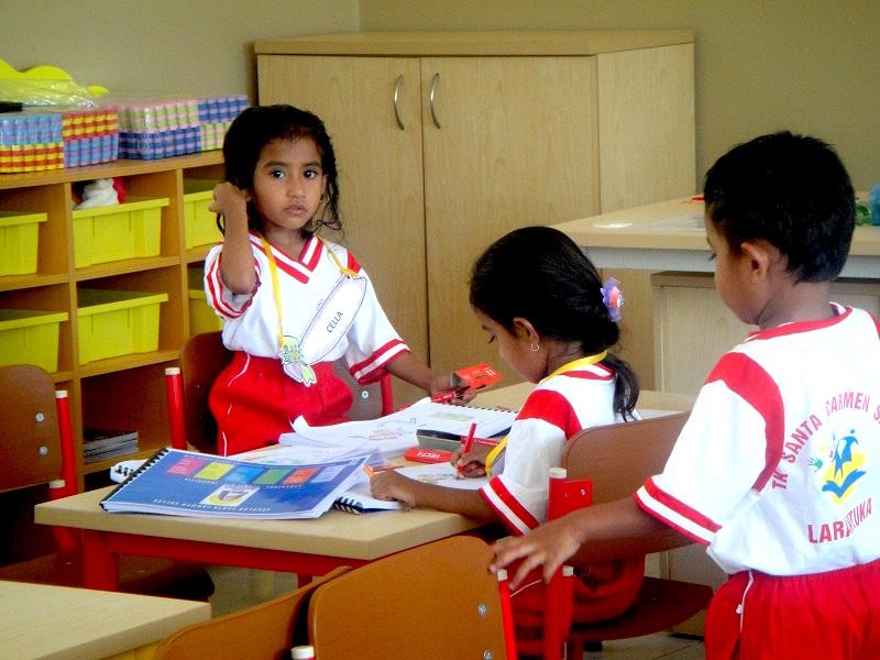 Niños en la Escuela Santa Carmen Sallés de Larantuka