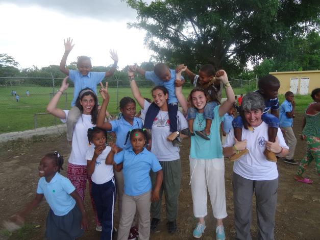 Voluntarias jugando con los niños en Consuelo