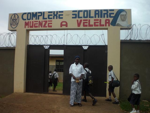 Entrada de la escuela Mwenze a veleta, en Loma