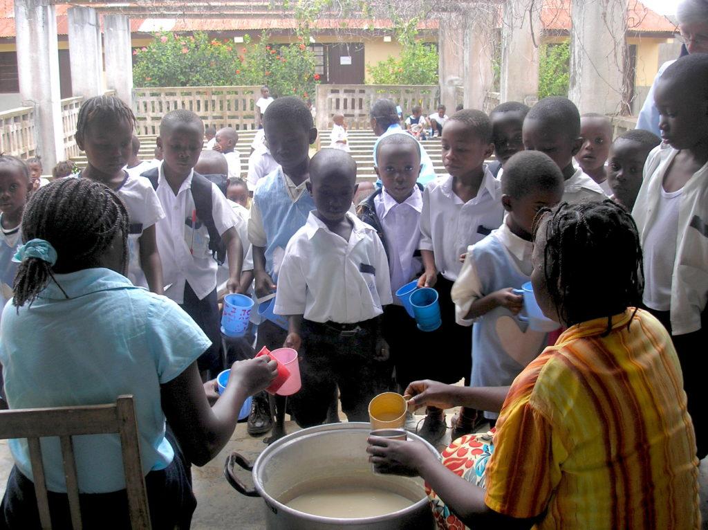 Niños de la escuela de Loma recibiendo el desayuno