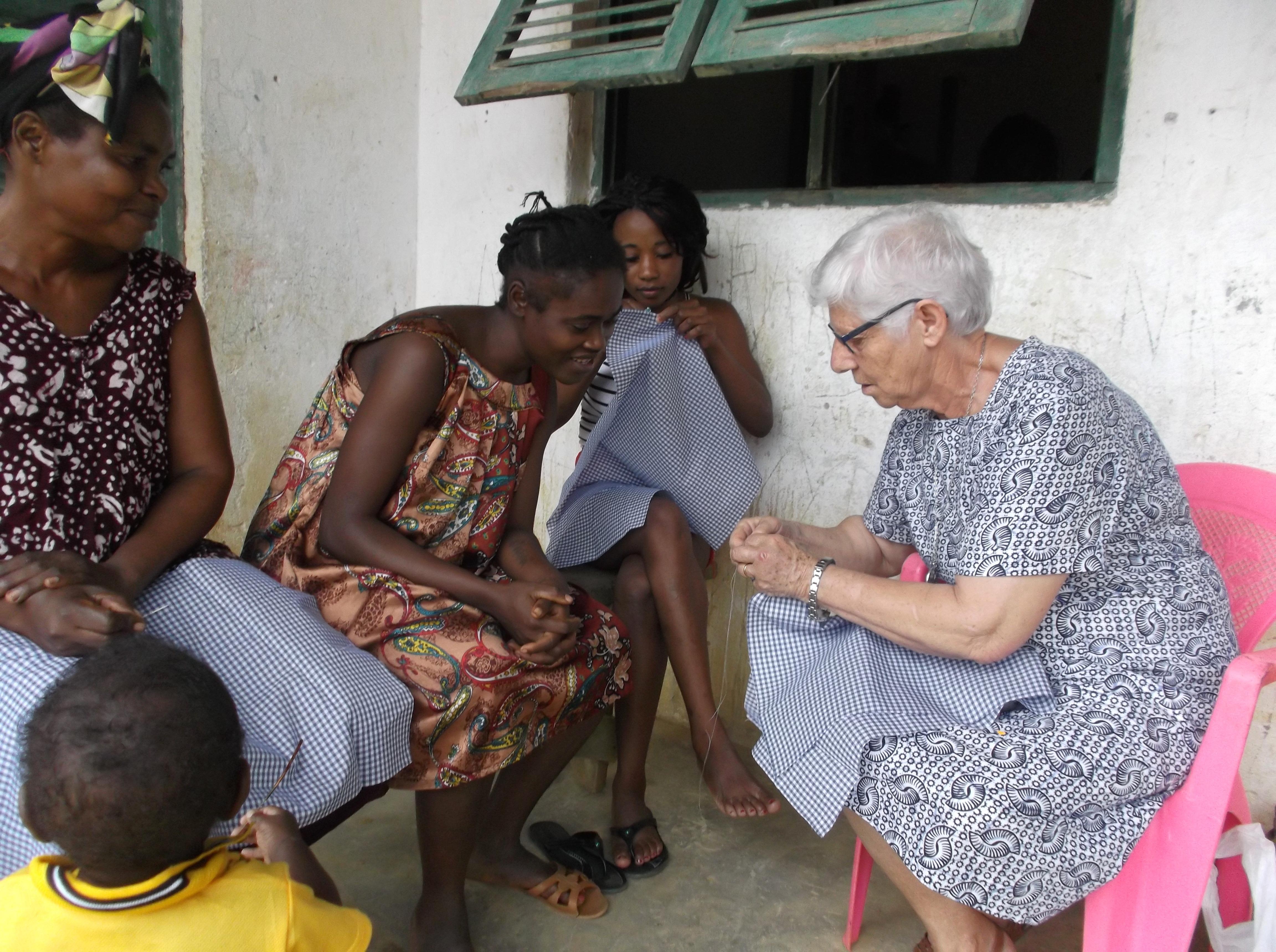 M. Paula enseñando a coser a las mujeres