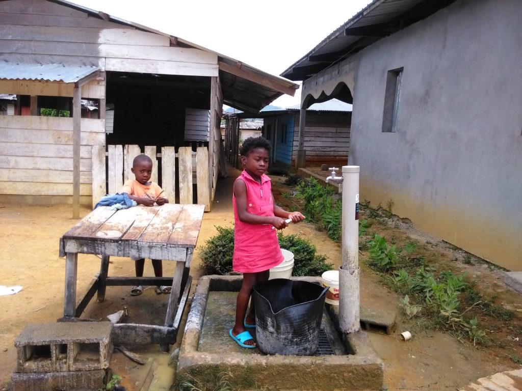 Niños en su barrio en Evinayong
