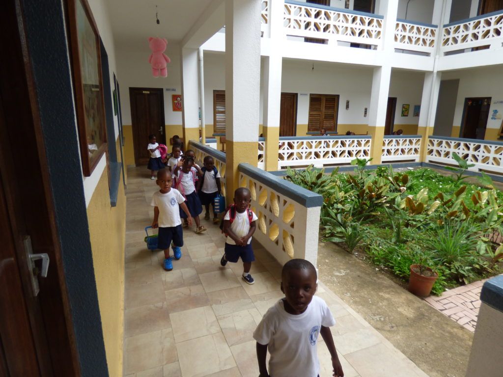 Niños en la escuela de Bata, Guinea Ecuatorial