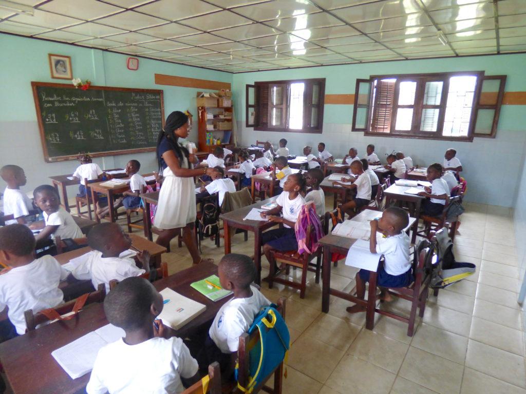 Alumnos de primaria en la escuela Carmen Salles en Evinayong