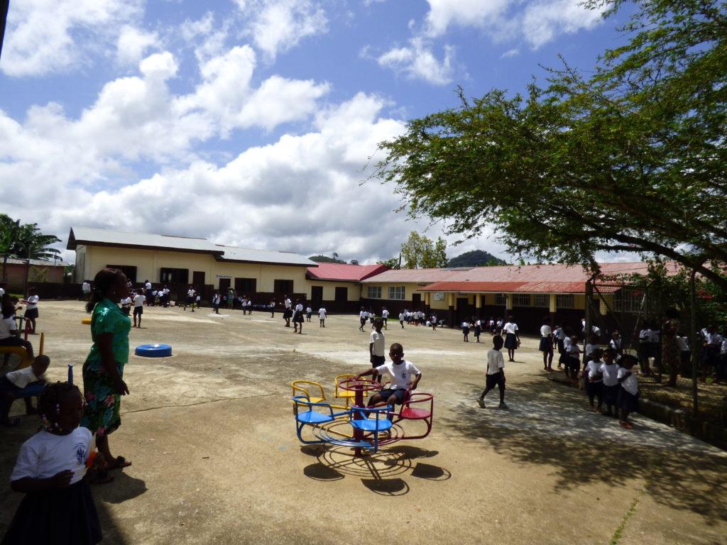 Patio de la escuela Carmen Sallés en Evinayong