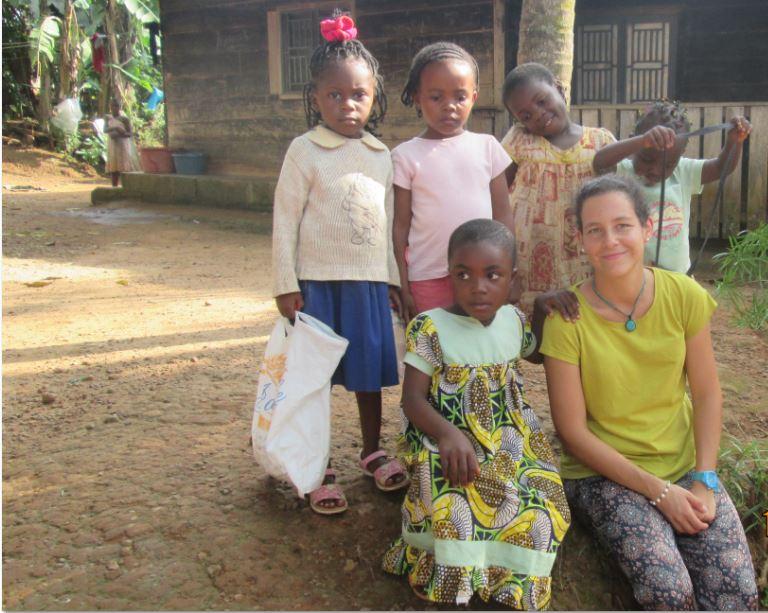 Beatriz con niños del barrio de Yaoundé