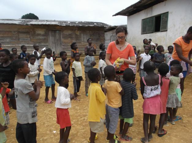 voluntaria visitando los bateyes de Evinayong en Guinea Ecuatorial