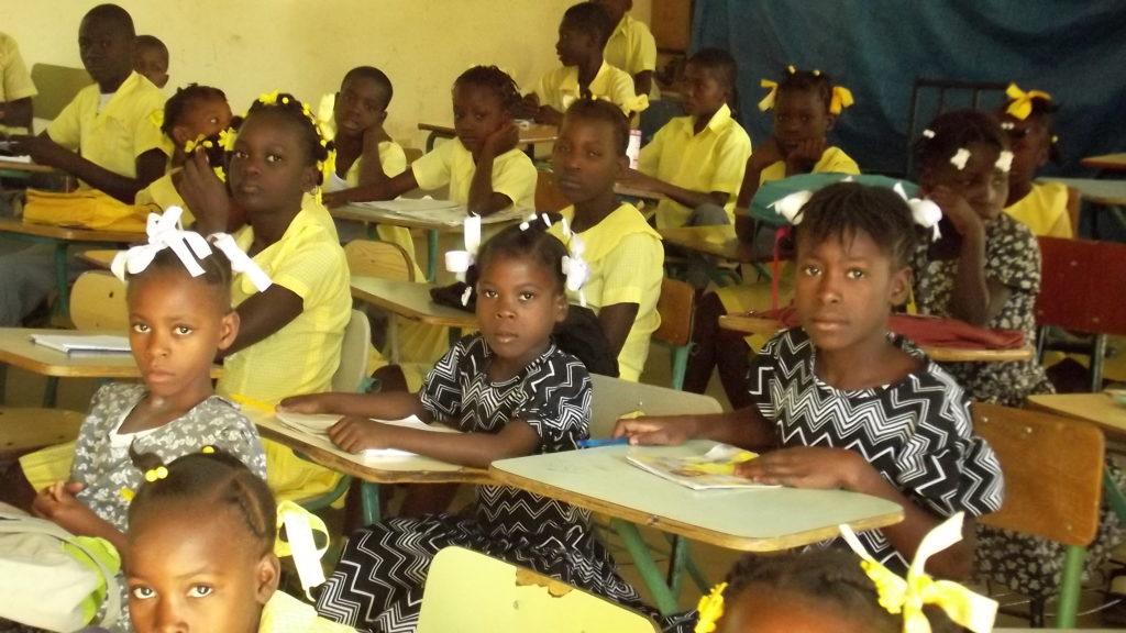 Alumnos en su aula de Dilaire (Haití)