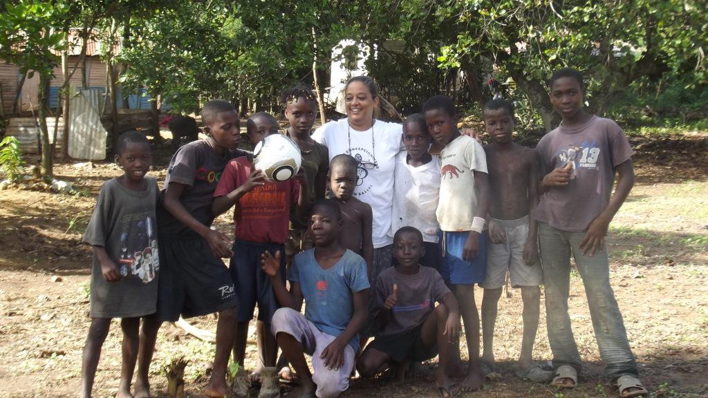 M. Josefina con niños de Dilaire, Haití