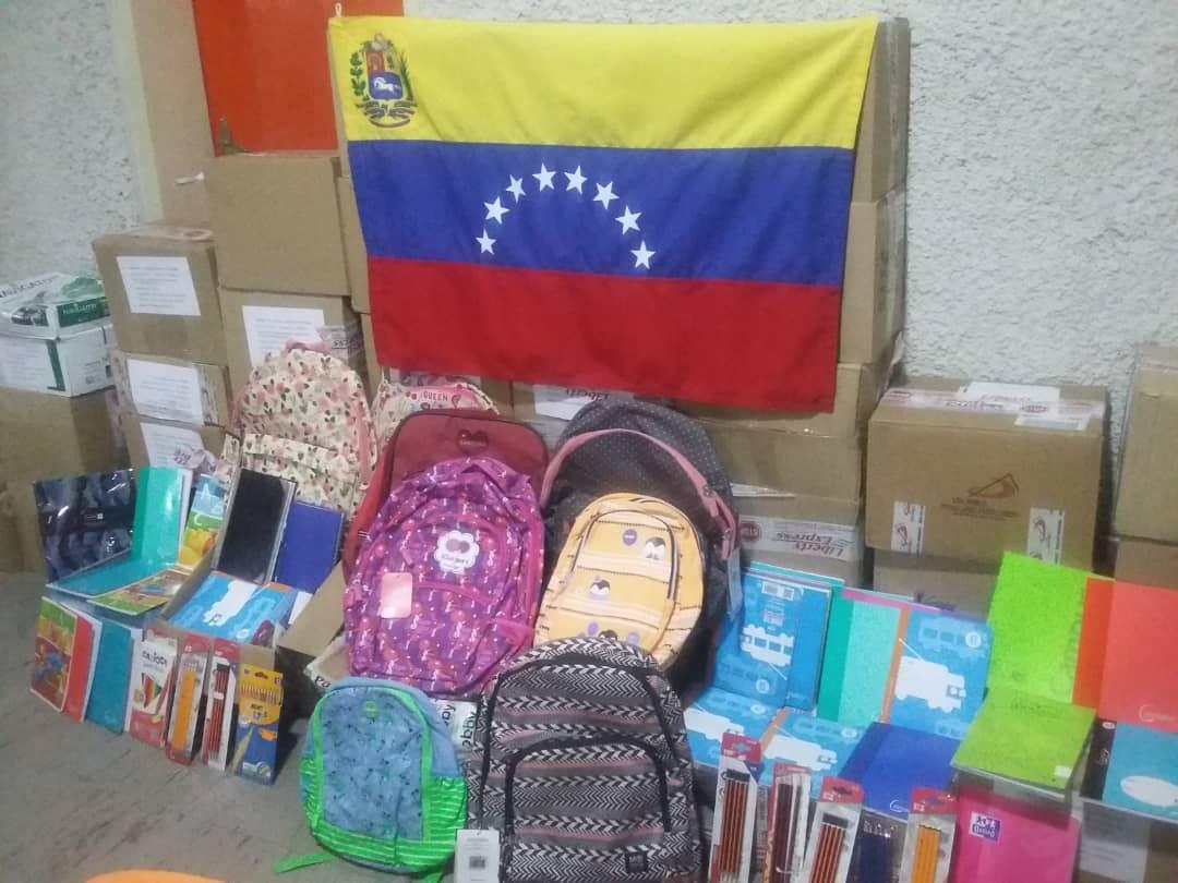 Material escolar llega a la escuela en Venezuela